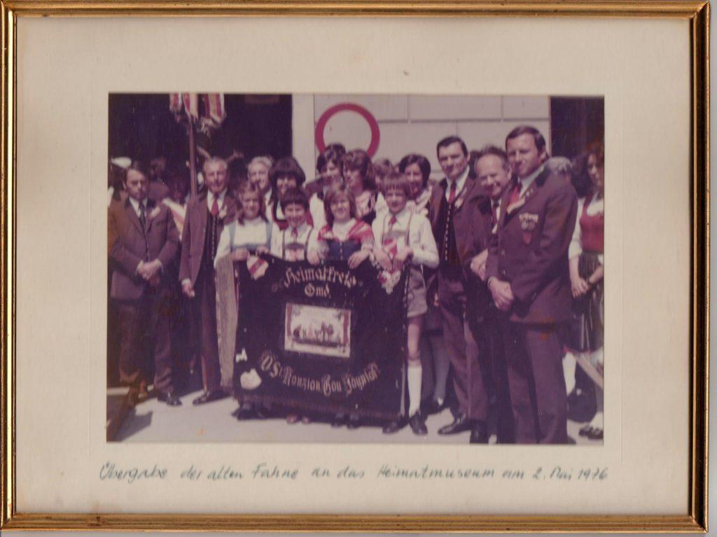 Überreichung unserer alten Fahne an das Heimatmuseum Völkermarkt. Am Bild sind Vorstandsmitglieder der DG, die Kindervolkstanzgruppe der DG und Mitglieder des Singkreises Völkermarkt welche die Übergabe unter meiner Leitung gesanglich umrahmten.